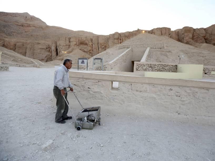 <p>O especialista em radares, Hirokatsu Watanabe, usa seu equipamento do lado de fora da tumba do rei Tutancâmon, no Vale dos Reis, em Luxor, Egito</p>