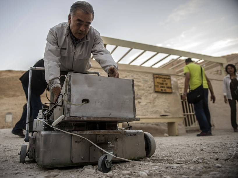 <p>O especialista em radares, Hirokatsu Watanabe, checa seu equipamento do lado de fora da tumba do rei Tutancâmon, no Vale dos Reis, em Luxor, Egito</p>
