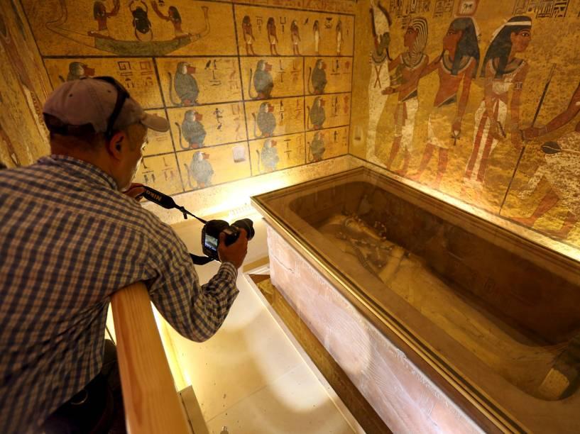 <p>Fotógrafo registra o sarcófago do rei Tutancâmon no Vale dos Reis, em Luxor, Egito</p>