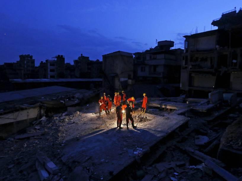 Equipes de resgate trabalham na busca de vítimas em uma casa desabou após o terremoto de sábado (25) em Catmandu, no Nepal