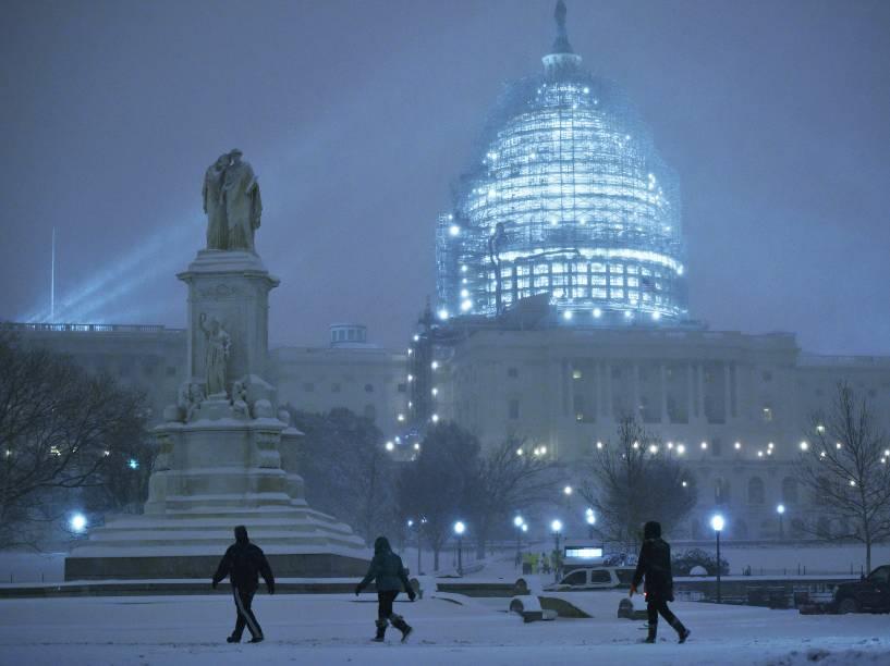 Intensa nevasca cobre Washington de branco e ameaça costa leste dos EUA