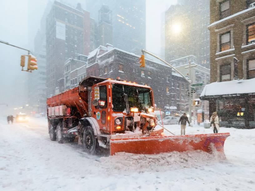 Tempestade de neve cai sobre Nova York e cobre a cidade de branco, neste domingo (24)