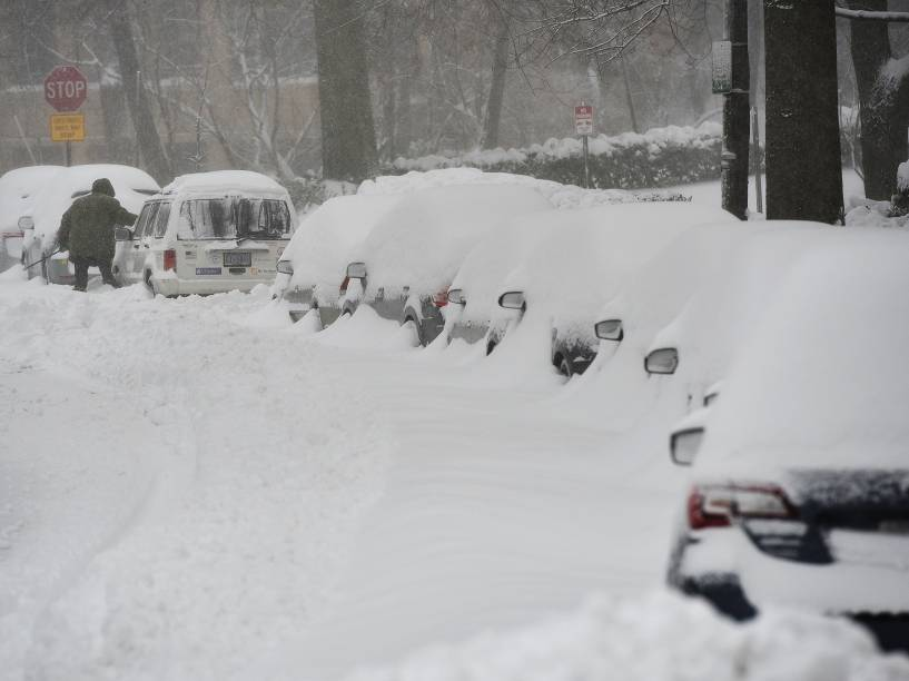 Tempestade de neve cai sobre Washington e cobre a cidade de branco, neste sábado (23)