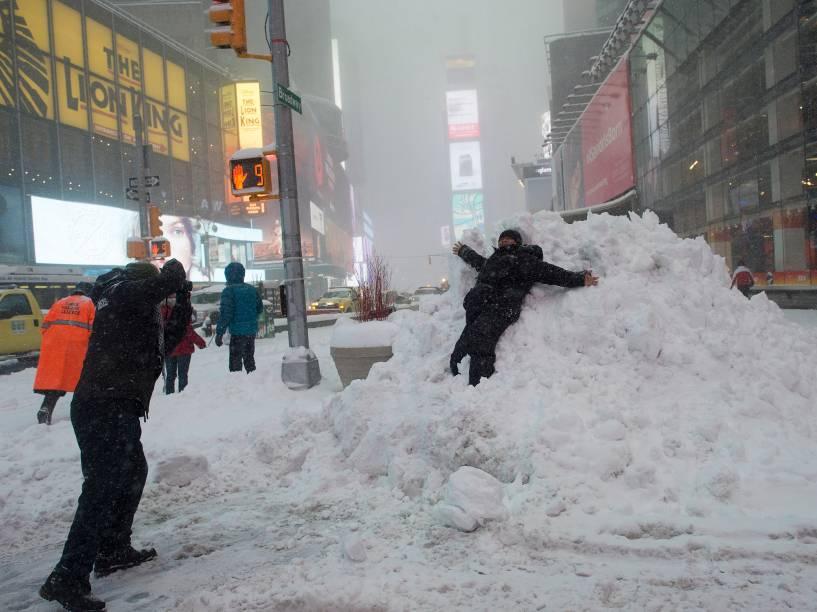 Criança brinca na neve em Nova York e cobre a cidade de branco, neste sábado (23)