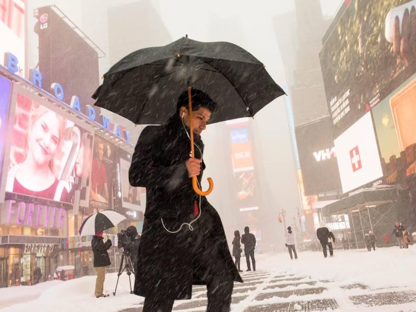 Tempestade de neve cai sobre Nova York e cobre a cidade de branco, neste sábado (23)