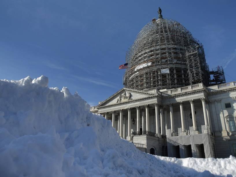 Neve acumulada em frente de Capitólio (Congresso dos EUA), em Washington, nesta quinta-feira (21). Região leste dos EUA se prepara para grande nevasca