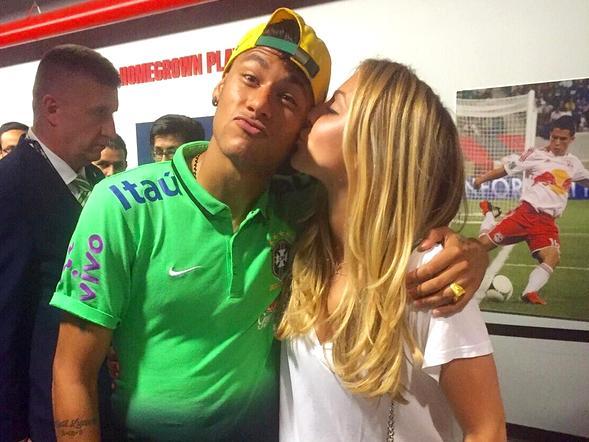 Beatrice Bouchard postou a foto em que dá um beijo na bochecha de Neymar. Só amizade?