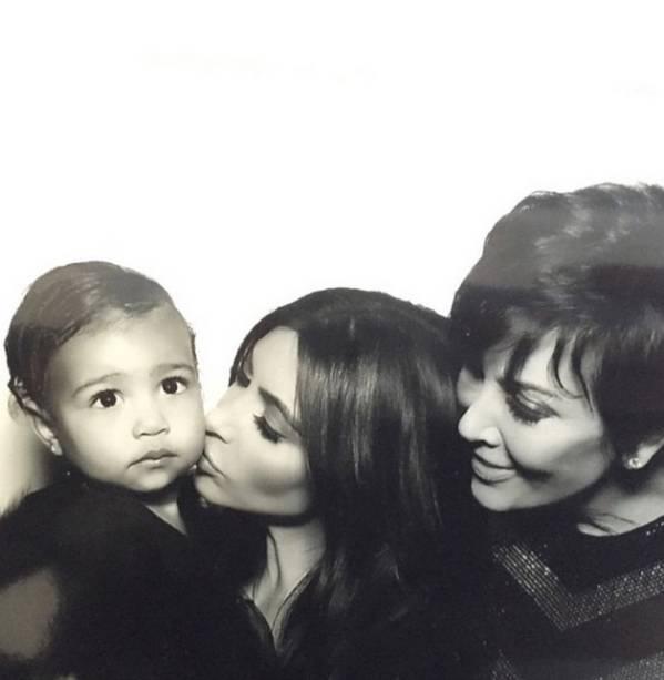 Kim Kardashian com a filha, North West, e a mãe, Kris Jenner