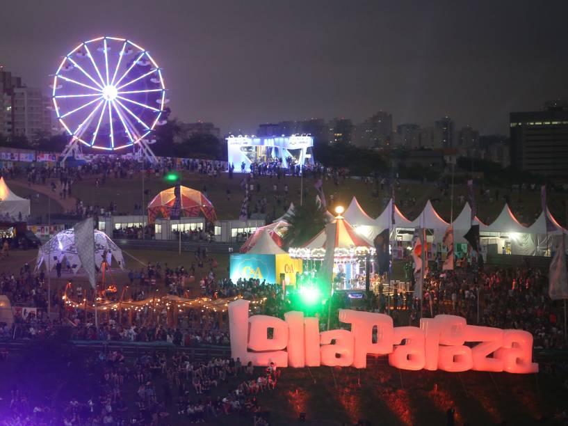 Movimentação do público no primeiro dia do Festival Lollapalooza 2016, em São Paulo