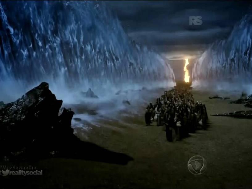 <p>Hebreus atravessam o corredor formado pelo Mar Vermelho em 'Os Dez Mandamentos'</p>
