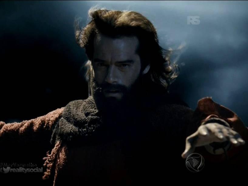 Moisés (Guilherme Winter) abre o Mar Vermelho em 'Os Dez Mandamentos'