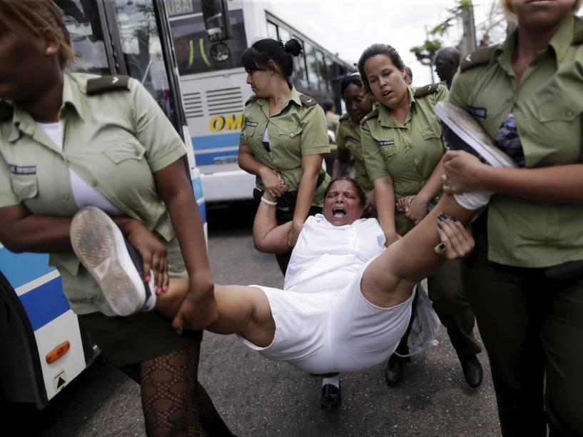 Opositores e ativistas das Damas de Branco que protestavam contra o governo foram detidos, neste domingo (20)