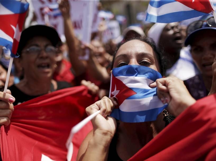 Cubanos aguardam a chegada do presidente americano Barack Obama em  Havana, neste domingo (20)