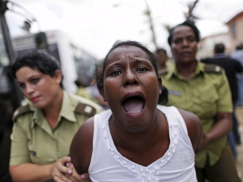 Opositores e ativistas das Damas de Branco que protestavam contra o governo de Cuba foram detidos, neste domingo (20)