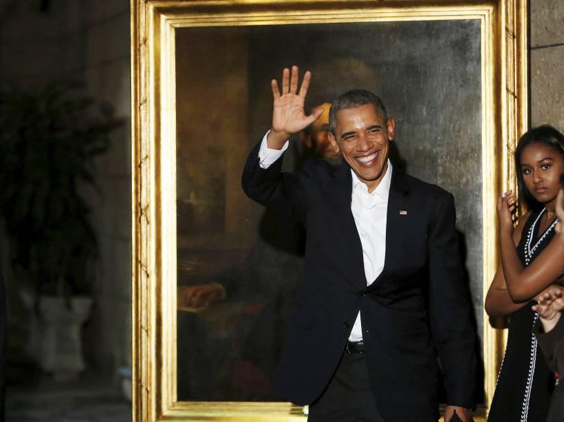 O presidente americano Barack Obama desembarca na ilha e faz tour por Havana Velha