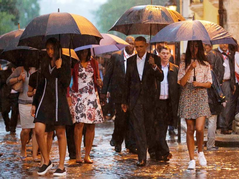 Sob chuva, presidente americano Barack Obama desembarca na ilha e faz tour por Havana Velha
