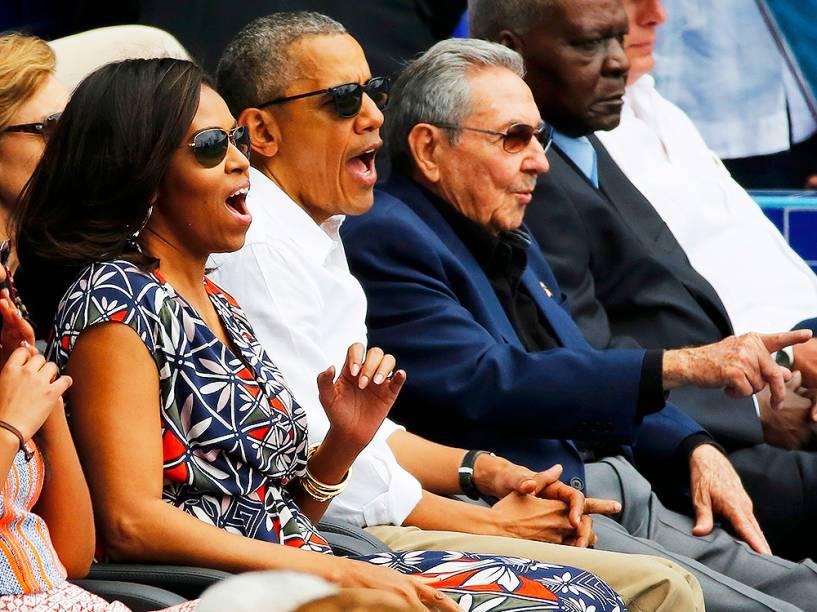 Presidente americano Barack Obama, a primeira-dama Michelle Obama, e o cubano Raúl Castro, assistem a uma partida de baseball, no Estadio Latinoamericano, na capital Havana, em Cuba, nesta terça-feira (22)
