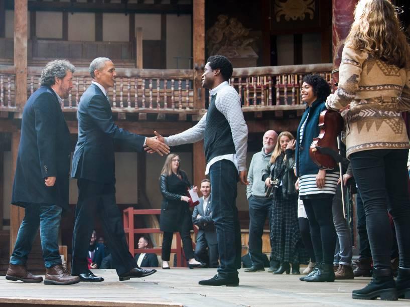 Presidente norte-americano Barack Obama vista o Teatro Globe, para acompanhar comemoração do aniversário de 400 anos da morte do escritor inglês William Shakespeare - 23/04/2016