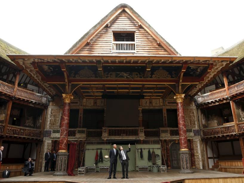 Diretor Patrick Spottiswoode conduz a visita do Presidente Barack Obama ao Teatro Globe, em Londres, onde peças escritas por William Shakespeare são encenadas para comemorar o aniversário de 400 anos da morte do escritor - 23/04/2016