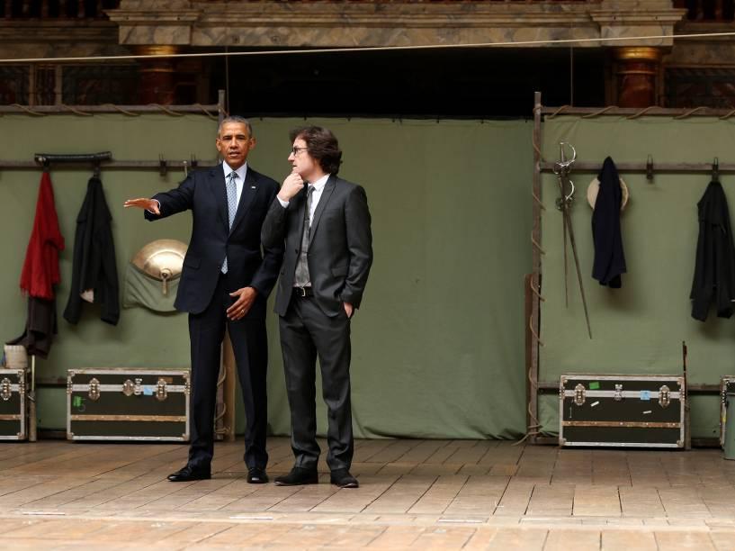 Presidente Barack Obama acompanha o diretor Patrick Spottiswoode durante visita ao Teatro Globe, em Londres. A construção é uma réplica do teatro onde as peças de Shakespeare eram encenadas - 23/04/2016