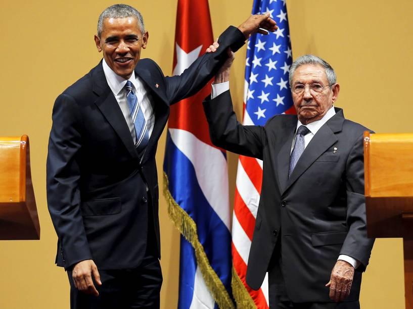 O presidente americano Barack Obama, e o cubano Raúl Castro, após entrevista coletiva realizada na capital de Cuba, Havana, na tarde desta segunda-feira (21). Este é o terceiro dia de visitas de Obama à ilha