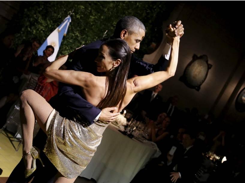 Obama, com cara séria, dança Tango na Argentina
