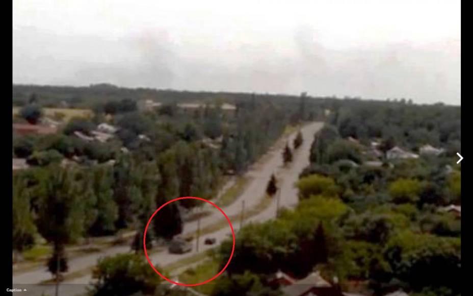 Imagem da inteligência americana mostra um veículo militar com sistema antiaéreo próximo à área onde o voo MH-17 foi abatido