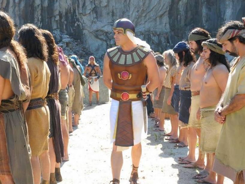 <p>Kiko Pissolato como o oficial Bakenmut, em Os Dez Mandamentos, novela bíblica da Record</p>