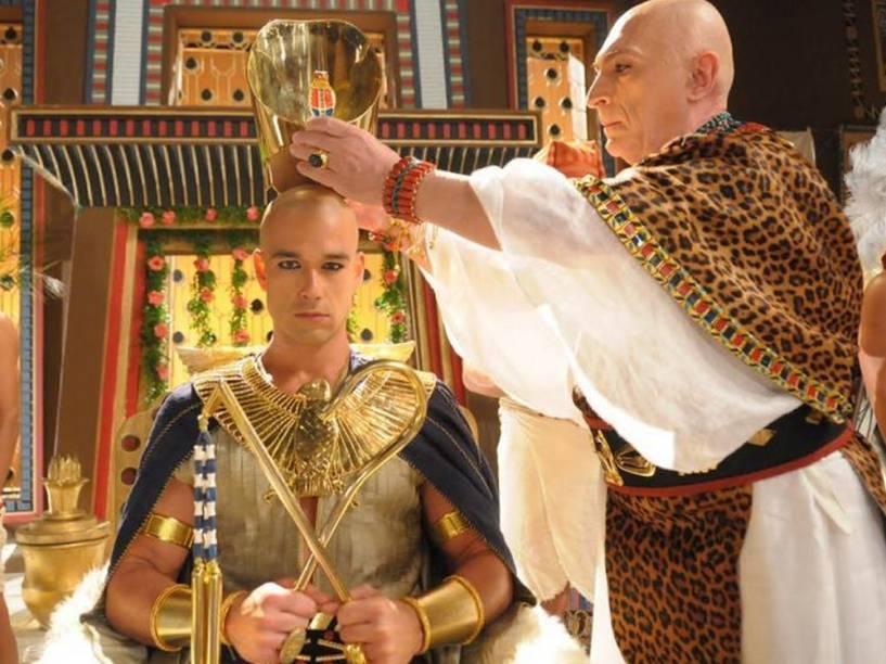 <p>Ramsés II (Sérgio Marone) é coroado em cena de Os Dez Mandamentos</p>