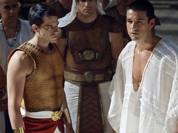 <p>Em Os Dez Mandamentos, Moisés (Guilherme Winter) foi criado como irmão do futuro Ramsés II (Sergio Marone)</p>