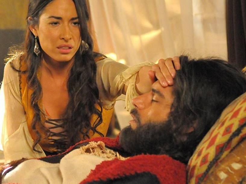 <p>Moisés (Guilherme Winter) passa mal e é socorrido pela mulher, Zípora (Giselle Itié), que acredita precisar circuncidar o filho mais novo para salvar o marido</p>