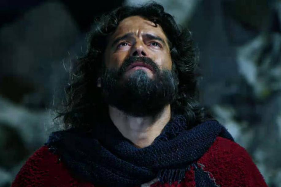 Cena do primeiro capítulo da segunda temporada de Os Dez Mandamentos, da TV Record, mostra Moisés no Monte implorando perdão pelo seu povo