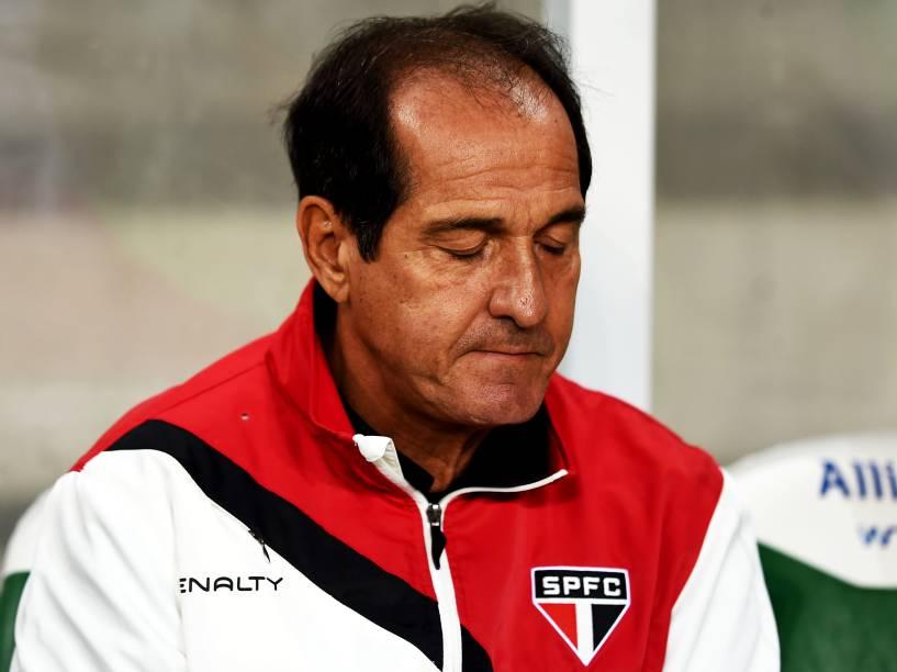 O técnico Muricy Ramalho, do São Paulo, durante a partida contra o Palmeiras, válida pela 12ª rodada do Campeonato Paulista, no Allianz Parque, na zona oeste da capital paulista, nesta quarta-feira (25)
