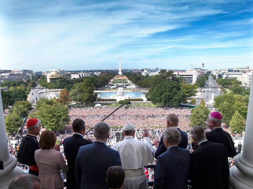Papa Francisco acena para fiéis após falar em congresso nos Estados Unidos