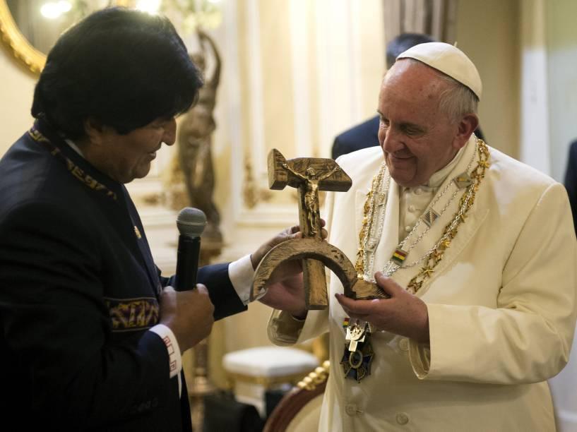 Papa Francisco recebe uma imagem de Jesus crucificado em foice e martelo como presente do presidente da Bolívia Evo Morales, em La Paz