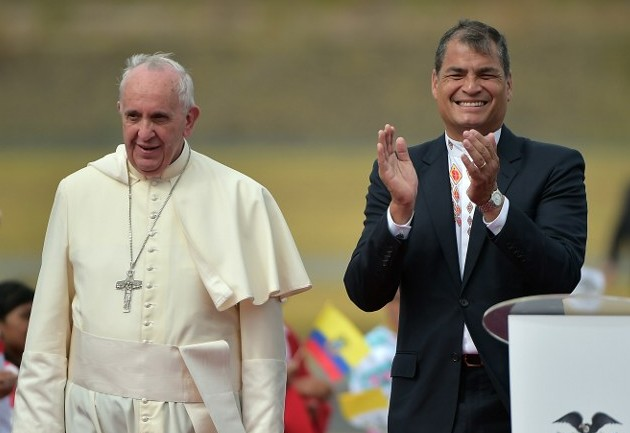 O papa Francisco é recebido por Rafael Correa no Equador