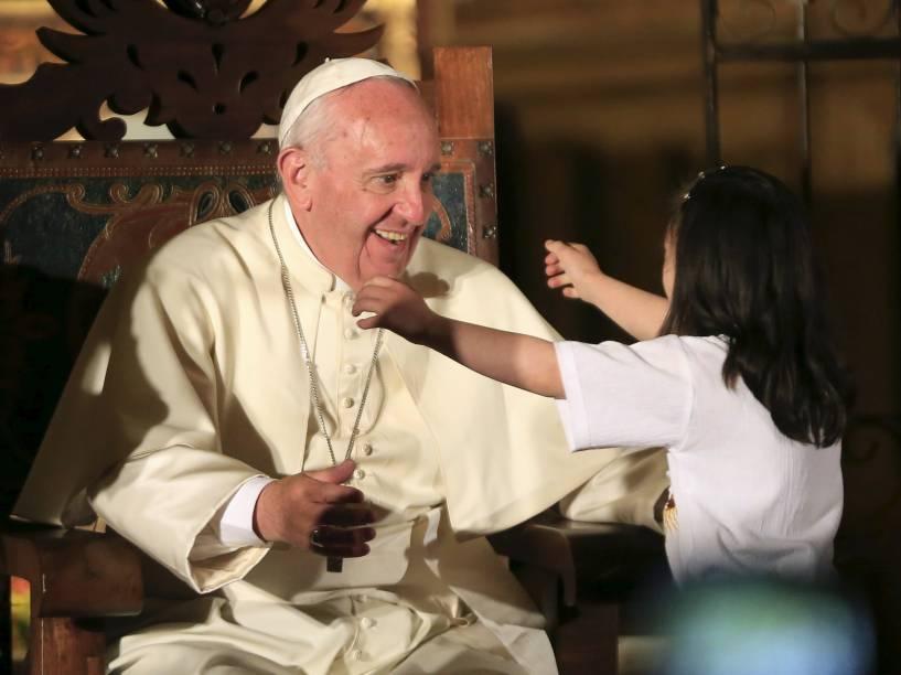 O Papa Francisco é cumprimentado por uma garota durante encontro com membros da sociedade civil na Igreja de São Francisco em Quito, Equador