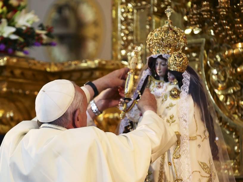 Papa Francisco coloca um rosário em estátua da virgem Maria no Santuário El Quinche, no Equador