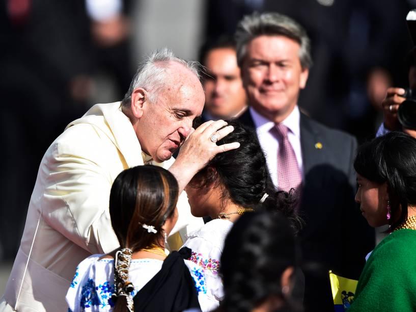 Papa Francisco recebeu carinho de crianças enquanto desembarcava no aeroporto internacional Mariscal Sucre, em Quito, no Equador - 05/07/2015