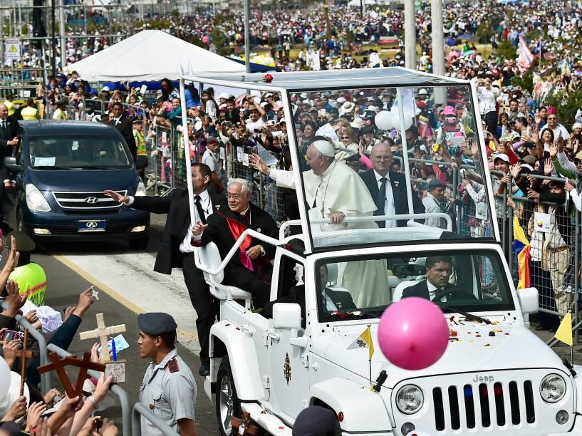 Papa Francisco cumprimenta fiéis na chegada ao Parque Bicentenário, em Quito, Equador - 07/07/2015