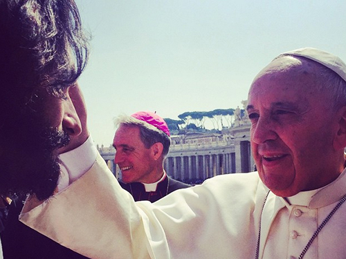 O ator Rodrigo Santoro é abençoado pelo Papa