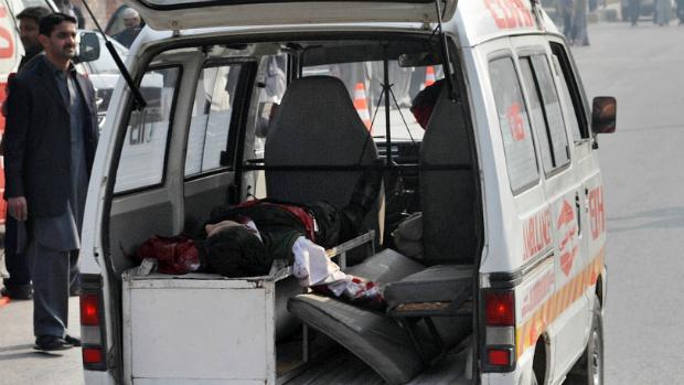 Uma ambulância transporta uma criança ferida em atendado contra uma escola no Paquistão