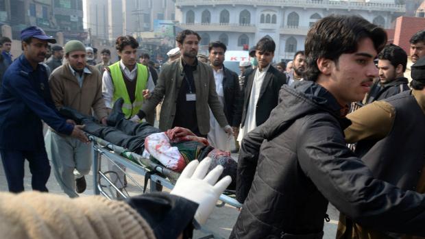 Ferido é resgatado após um ataque terrorista contra uma escola, no Paquistão
