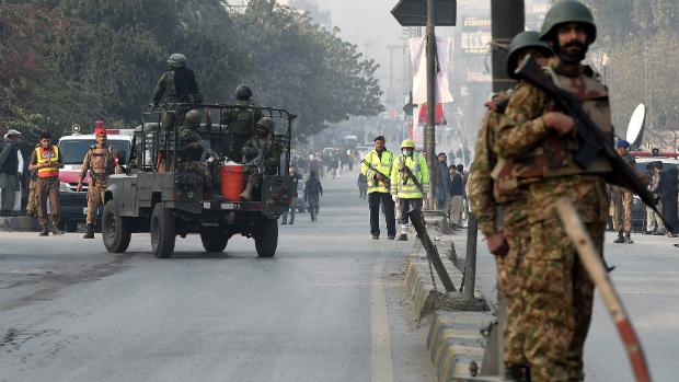 Exército Paquistanês monitora área próxima à escola depois de atentado, no noroeste do país