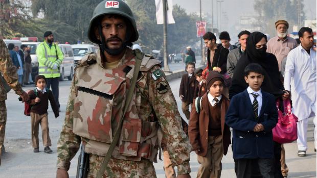 Crianças deixam escola no Paquistão após atentado matar mais de 100 pessoas
