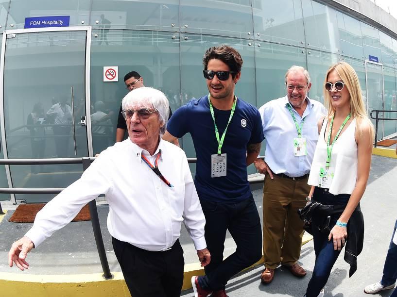 O jogador Alexandre Pato e a namorada Fiorella Mattheis cumprimentam Bernie Ecclestone