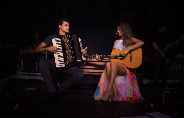 Paula Fernandes deixou as pernas à mostra durante show no Terra Country, em São Paulo, na véspera do feriado de 21 de abril