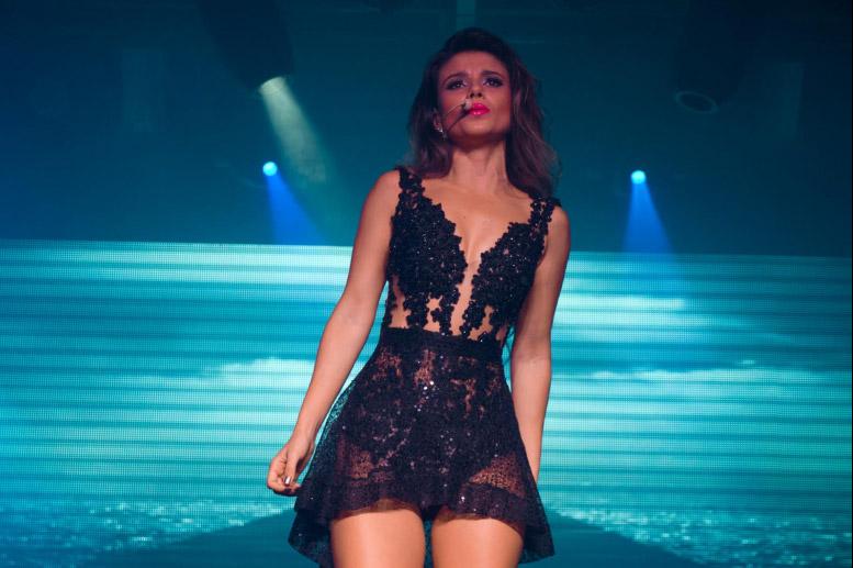Paula Fernandes veste o que parece lingerie durante show no Terra Country, em Interlagos, São Paulo