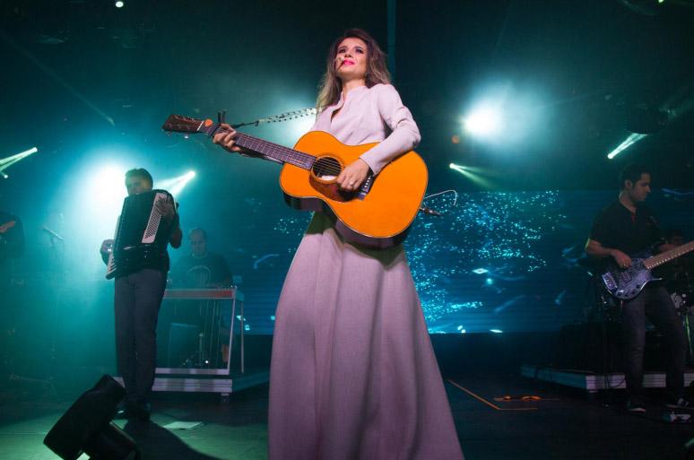 Paula Fernandes também usou um vestido longo, comportado, no show no Terra Country, em SP, em abril