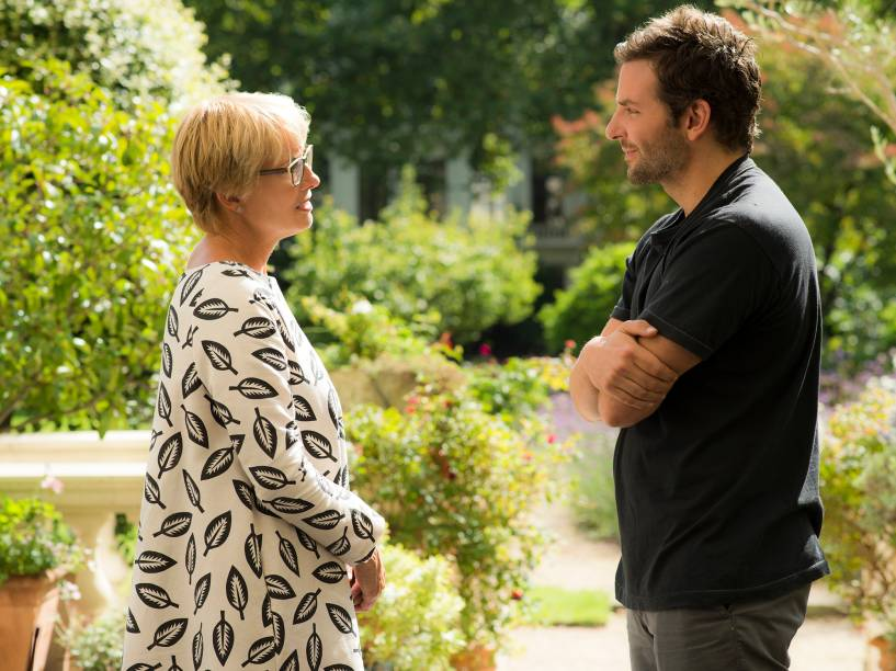 Emma Thompson e Bradley Cooper em cena do filme Pegando Fogo